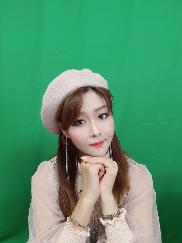 노수현 가수가 둥그런 모자를 쓰고 있는 모습이 다소 동화적이다. (사진제공=노수현 가수)