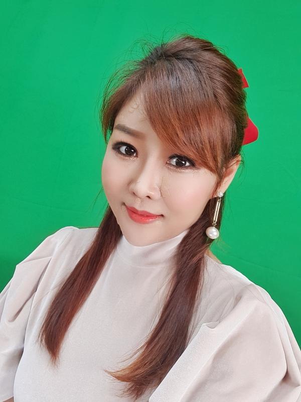 노수현 가수가 자신 특유의 긴머리를 한 채 위를 올려다 보고 있다. (사진제공=노수현 가수)